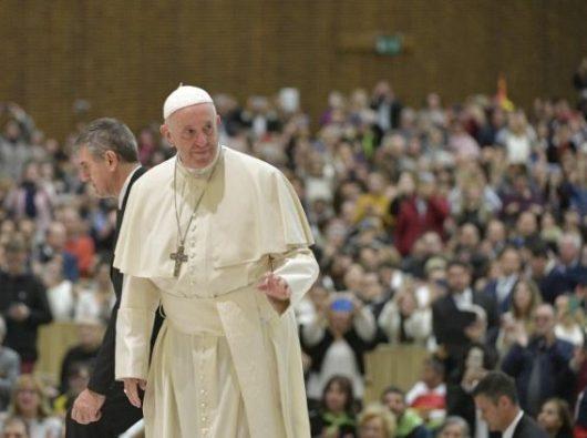 Paus Fransiskus  tiba di Aula Paulus VI untuk Audiensi Umum Rabu (Vatican Media)