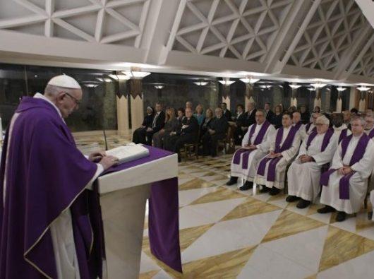 Paus Fransiskus merenungkan bacaan-bacaan dalam Misa pagi di Casa Santa   Marta (Vatican Media)