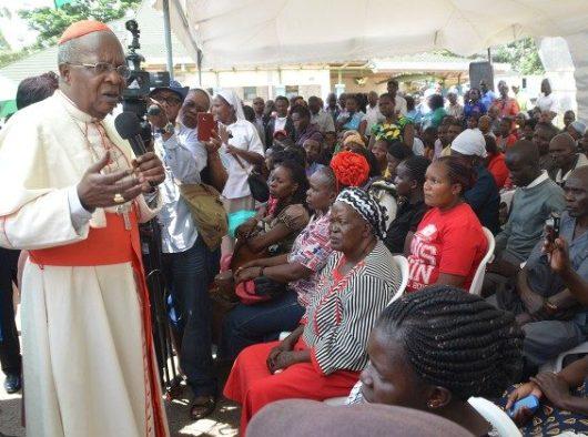 Kardinal  John Njue dari Kenya berbicara kepada umat di Kenya