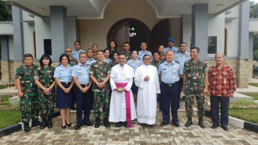 Pastor Bintoro dengan fascia (sabuk) ungu bersama umat Katolik di Lingkungan TNI dan Polri. (Foto dokientasi Pastor Ronny Neto Wuli)