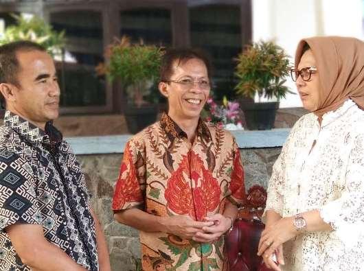 Pastor Canisius Rumondor MSC berbincang-bincang dengan  Wakil Walikota Kotamobagu Nayodo Koerniawan (kiri) dan Walikota Kotamobagu Tatong Bara (perempuan, kanan). PEN@ Katolik/michael