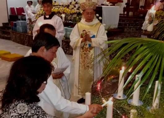 Walikota Manado dan istri memasang Lilin Natal disaksikan Mgr Rolly. (PEN@ Katolik/A. Ferka)