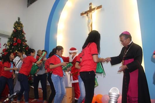 Pembagian kado dan angpau dari Mgr Agus (PEN@ Katolik/pcp)