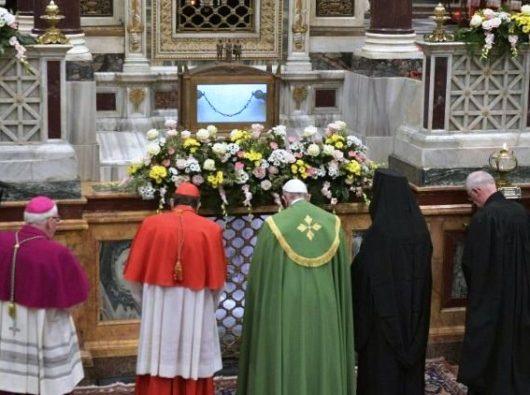 Paus Francis berdoa bersama para pemimpin Kristen lainnya di makam Santo Paulus, di awal Doa Malam untuk memulai Pekan Doa untuk Persatuan Umat Kristiani (Vatican Media)