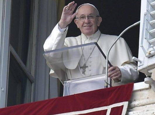 Paus Fransiskus melambaikan tangan kepada umat beriman dalam Doa Malaikat Tuhan pada Hari Tahun Baru,  Hari Perayaan Santa Maria Bunda Allah (Vatican Media)