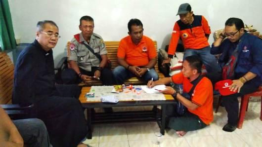 Ketua Yayasan Landak Bersatu Pastor Robini OP memimpin gerakan sumbangan STKIP Pamane Talino bagi para korban banjir. (Dokumen STKIP Pamane Talino)