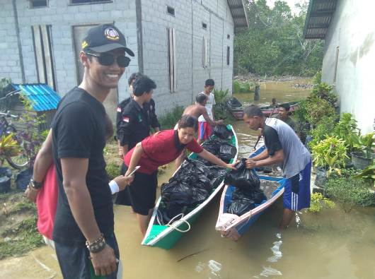 Mahasiswa STKIP Pamane Talino membawa sembako untuk korban banjir di Ngabang, Kalimantan Barat. (Dokumen STKIP Pamane Talino)