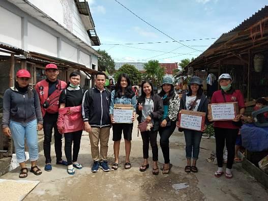 Alumni STKIP Pamane Talio menggalang dana untuk membantu para korban banjir. (Dokumen STKIP Pamane Talino)