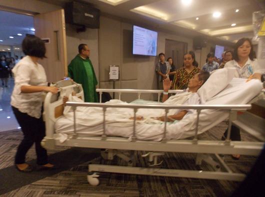 Mgr Suharyo bersiap memberi Sakramen Pengurapan Orang Sakit pada Hari Orang Sakit se-Dunia 2019. Foto PEN@ Katolik/krm