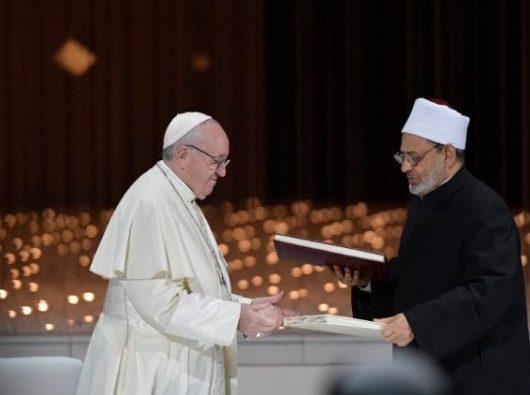 Paus Fransiskus dan Imam Besar Ahmed el-Tayeb pada penandatanganan Dokumen tentang  Persaudaraan Manusia  (Vatican Media)