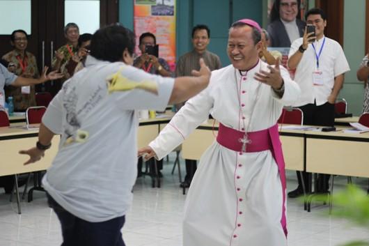 Mgr Harun bersama Pastor D Fadjar Tedjo Soekarno Pr, tokoh adat suku Osing di Banyuwangi:  Meski usaha dialog kadang terasa penuh tantangan dan dihadang intoleransi, namun kegembiraan haruslah terus mewarnai kerasulan dialog ini. PEN@ Katolik/lat