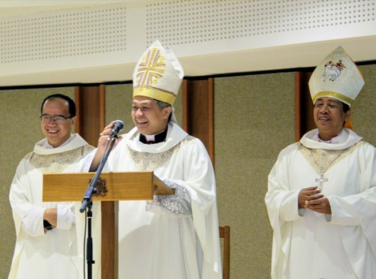 Mgr Antonius Subianto Bunjamin OSC (tengah) didampingi Uskup Purwokerto Mgr Christophorus Tri Harsono (kanan), dan Ketua Yayasan Unpar Pastor Basilius Hendra Kimawan OSC (kiri). PEN@ Katolik/iy