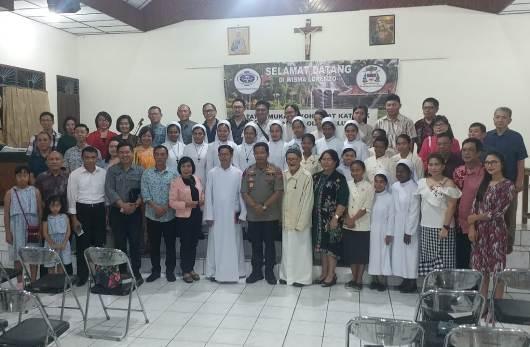 Kapolda Sulut bergambar bersama peseta tatap muka. PEN@ Katolik/af