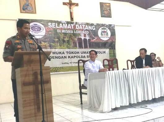 Kapolda Sulut Irjen Polisi Remigius Sigid Tri Hardjanto berbicara dengan para tokoh Katolik dari berbagai ormas. PEN@ Katolik/af