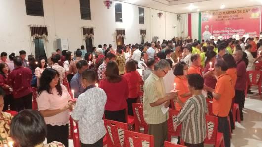 Pembaharuan janji perkawinan saat misa. (PEN@ Katolik/a. ferka)