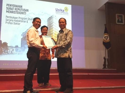 Menristek Dikti Menyerahkan SK Pendirian Fakultas Kedokteran Unika Soegijapranata Semarang