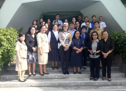 Kasatlantas Polres Kotamobagu AKP Magdalena Anita Sitinjak bersama para guru dan pimpinan yayayan. PEN@ Katolik/ampc