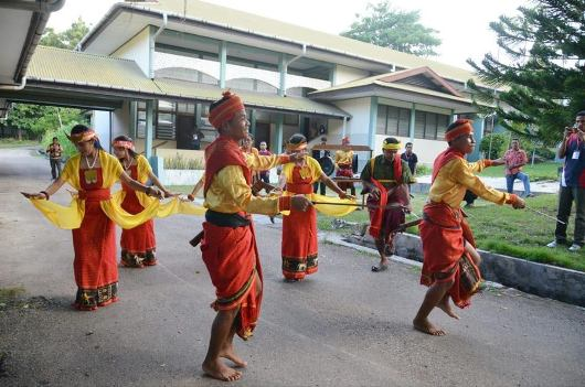 Tarian adat sambut peserta Pertemuan Tahunan Signis Indonesia. Foto dari FB Signis Indonesia