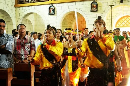 Tarian adat memimpin arakan para petugas liturgi memasuki gereja