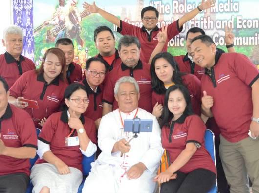 Mgr Hilarioon Datus Lega bergambar bersama anggota Signis Indonesia. PEN@ Katolik/sr.ms