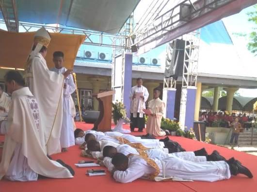 Empat calon imam dan satu calon diakon merebahkan diri di depan Uskup Agung Merauke Mgr Nicholaus Adi Saputra MSC. PEN@ Katolik/ym