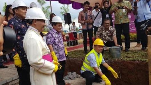 Uskup Agung Semarang Mgr  Robertus Rubiyatmoko mendampingi Menristek Dikti dalam acara peletakan batu pertama pembangunan Kampus II Unika Soegijapranata Semarang