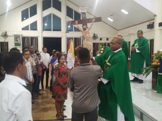 Vikjen KAME Pastor Hengky Kariwop MSC menyerahkan Salib PYD kepada orang muda. PEN@ Katolik/ym