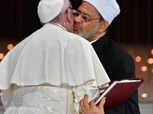 Paus Fransiskus bersama Imam Besar al-Azhar Ahmad al-Tayyib setelah  menandatangani deklarasi dan dokumen bersama tentang Persaudaraan Manusia. (Vatican Media)