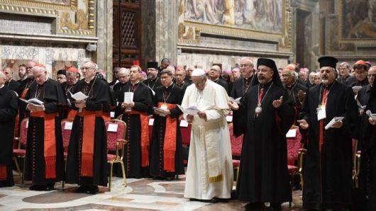 """""""Kami mengakui bahwa para uskup, imam, diakon, dan kaum religius dalam Gereja telah melakukan kekerasan terhadap anak-anak kecil dan dan orang muda ..."""" (Vatican Media)"""