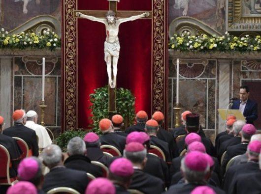 Dalam ibadat tobat, Paus, para kardinal; dan uskup mendengarkan lagi kesaksian seorang korban pelecehan, yang luka seumur hidup yang disebabkan oleh pelecehan. (Vatican Media)