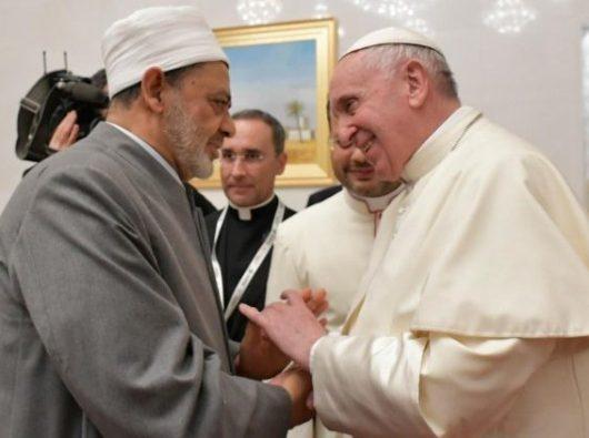 Paus Fransiskus berjabatan tangan dengan Ahmed el-Tayeb, Imam Besar  al-Azhar  (Vatican Media)