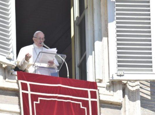 Paus Fransiskus dalam Doa Malaikat Tuhan di Lapangan Santo Petrus (Vatican Media)