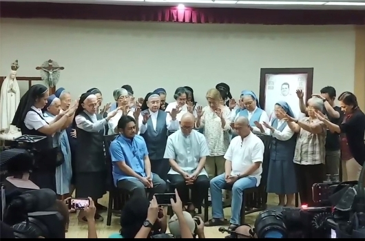 Pastor Albert Alejo, Pastor Robert Reyes dan Pastor Flavie Villanueva didoakan oleh para biarawati dan pemimpin awam di tengah ancaman kematian yang mereka terima dari orang tak dikenal, 11 Maret. SCREENSHOT DARI VIDEO FR. BONG SARABIA, CM