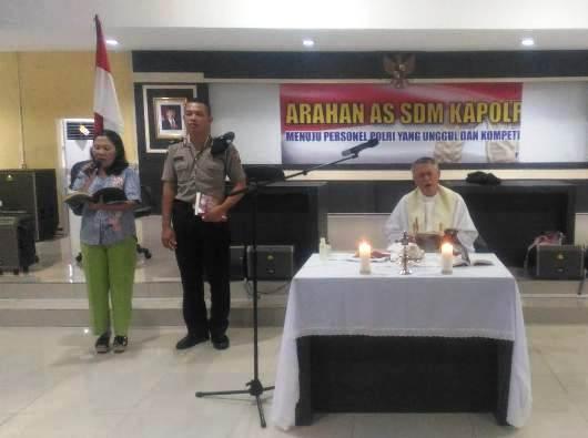 Pastor Edmund Nantes OP merayakan Misa Syukur untuk lulusan para siswa Sekolah Polisi Negara Pontianak. DA Pontianak