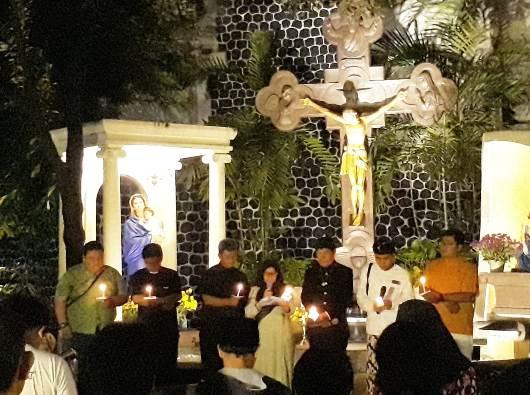 Umat lintas agama berdoa bergantian sesuai tradisi agama dan kepercayaan  masing-masing. (PEN@ Katolik/lat)