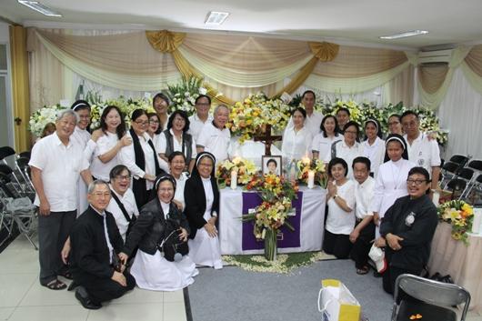 Anggota Persaudaraan Dominikan Awam Chapter Santa Katarina dari Siena Jakarta dan para Suster Dominikan di depan jenazah Anastasia Pia. PEN@ katolik/soni