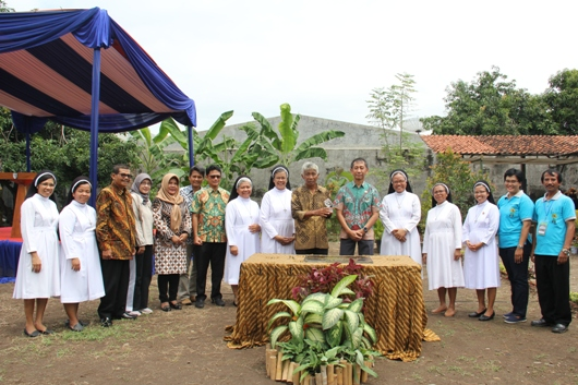 Foto bersama Dirjen Abdul Kamarzuki, Febi H Atmaprawira, serta para suster OP, para kepala sekolah, Santa Maria dan wakil pemerintahan kabupaten. PEN@ Katolik/soni