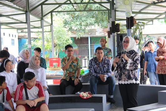 Wakil Walikota Cirebon Eti Herawati menanggapi beberapa pertanyaan suster dan guru. PEN@ Katolik/soni