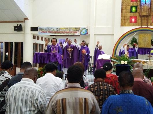 Uskup Agung Merauke Mgr Nicholaus Adi Saputra MSC bersama para imam memberi perutusan kepada para politisi Katolik untuk berkompetisi pada Pemilu 17 April 2019. PEN@ Katolik/ym