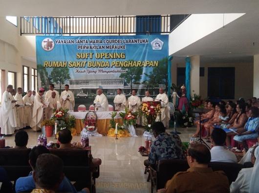 Uskup Agung Merauke Mgr Nicholaus Adi Saputra MSC dalam Misa Pemberkatan gedung baru Rumah Sakit Bunda Pengharapan (RSBP) (PEN@ Katolik/ym)