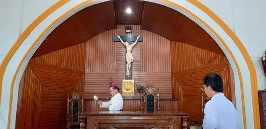 Mgr Rolly memberkati altar Altar Gereja Santo Paulus Tumobui/Komsos Kesuma