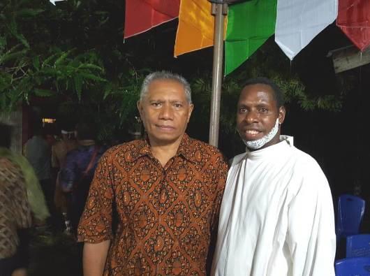 """Pastor Moses """"Cuirces"""" Amiset Pr bersama Bernardus Renwarin, seorang dosennya. (PEN@ Katolik/vincent budi)"""