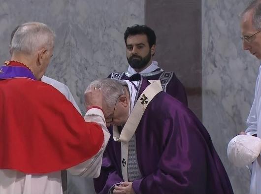 Paus menerima abu dalam perayaan Rabu Abu di Santa Sabina Roma