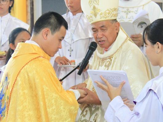 Mgr Agustinus Agus menahbiskan imam diosesan baru.