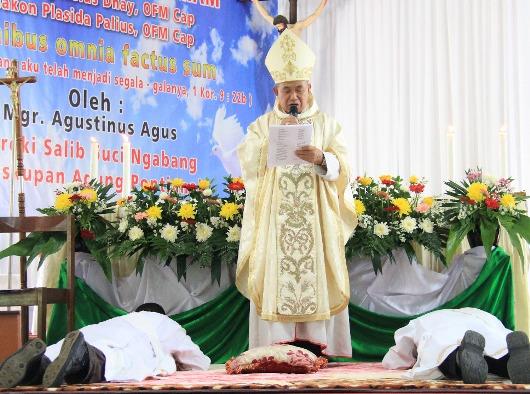 Dua imam ODMCap yang baru merebahkan diri di depan Uskup Agung Pontianak. KOMSOS KAP/samuel