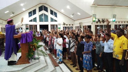 Uskup Agung Merauke Mgr Nicholaus memberikan berkas perutusan kepada para caleg dalam Misa di Paroki Santo Yoseph Bampel, 16 Maret 2019. PEN@ Katolik/ym