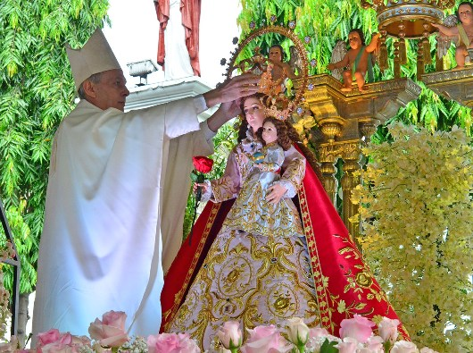 Duta Vatikan untuk Filipina Uskup Agung Gabriele Giordano Caccia menempatkan mahkota di atas kepala Maria. KENNETH RAENEIL FRODOSO