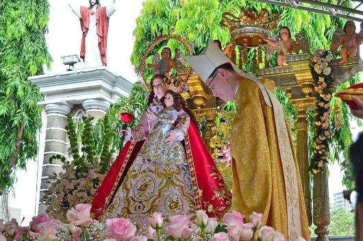 Kardinal Luis Antonio Tagle setelah menempatkan mahkota di atas kepala anak Kristus. KENNETH RAENEIL FRODOSO