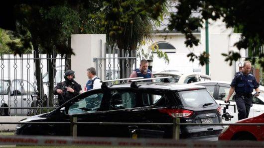Petugas-petuigas keamanan di luar Masjid al Noor di  Christchurch  (AFP)
