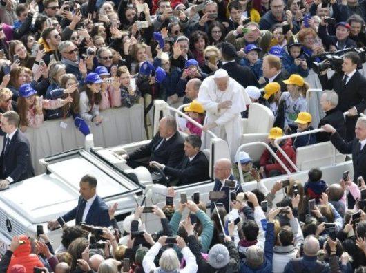 Paus Fransiskus tiba  dalam Audiensi Umum  mingguan  (Vatican Media)